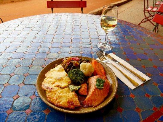 Gruner Baum: Lachssteak mit Kräuterbutter, Kartoffelgratin, Ratatouille und Marktgemüse