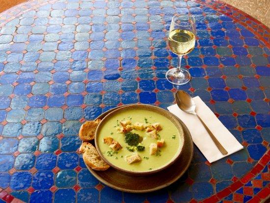 Gruner Baum: Broccolicremesuppe mit Croutens und Knoblauchbrot