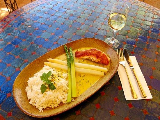 Gruner Baum: Lachssteak auf Safransauce dazu frischer grüner und weißer Spargel mit Basmatireis
