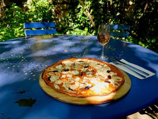Gaufelden, Γερμανία: Tartes flambée Collioure ( Flammkuchen ) mit Sardellen, Oliven, Creme Fraiche und Schaffskäse