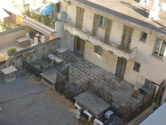 Hôtel Nice Riviera : Vue de la chambre sur la cour