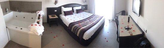 Hotel Europa Arzano : Suite Deluxe con vasca idromassaggio.