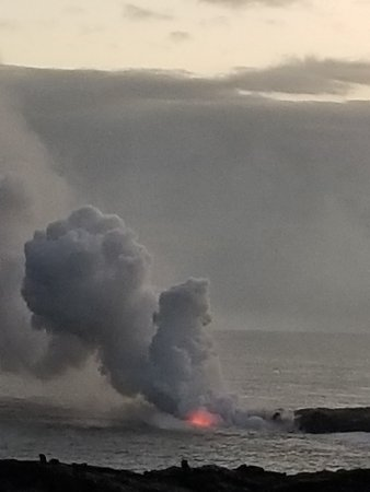 Pahoa, Hawái: The lava flow entering the ocean. You can also walk up the volcano and see the lava flowing