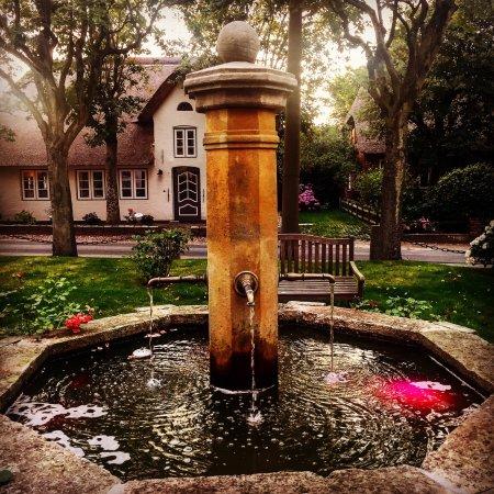 Oevenum, ألمانيا: Dorfbrunnen gegenüber der Gaststätte Kroger's Dorpskrog