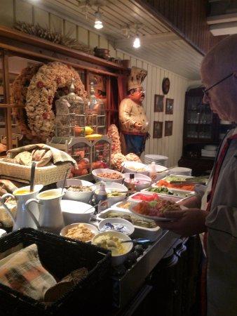 Suomussalmi, Suomi: Salaattitarjilua kauniisti esillä ja maittavat paikalliset leivät kauniisti aseteltu!
