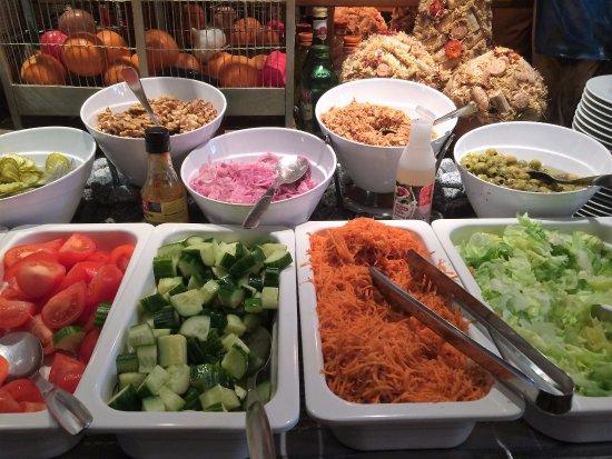 Suomussalmi, Suomi: Salaattipöytä on houkutteleva ja siisti!