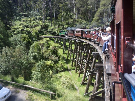 Belgrave, Australien: Over the famous wooden bridge