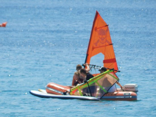 """Kypri, اليونان: Boat on standby to help the """"fallen"""" surfers get back on their feet"""