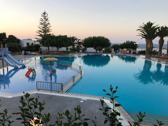 SuneoClub Chrissi Amoudia: Voilà une petite aperçu du bungalow, piscine, place de jeux et depuis le resto