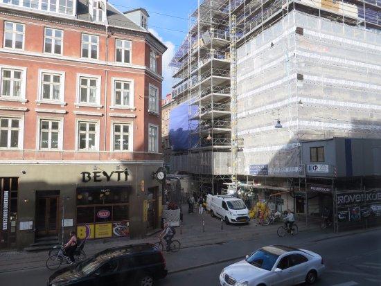 Hotel Nora CopenHagen : Uitzicht vanuit ontbijtzaal (de overkant van de straat)