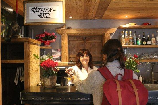 Hotel Restaurant L'Escale : Reception/bar