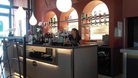 Petite-Foret, France: le bar à l'entrée
