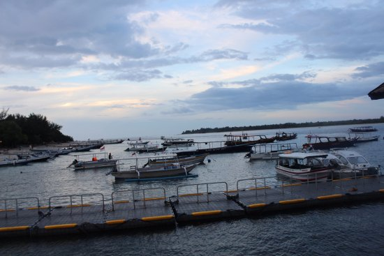 Gili Islands, Ινδονησία: An evening near center place were all boats arrive
