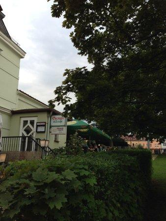 Meerane, Германия: Einladende Terrasse, gut besucht (oder lag es an der langen Wartezeit?)