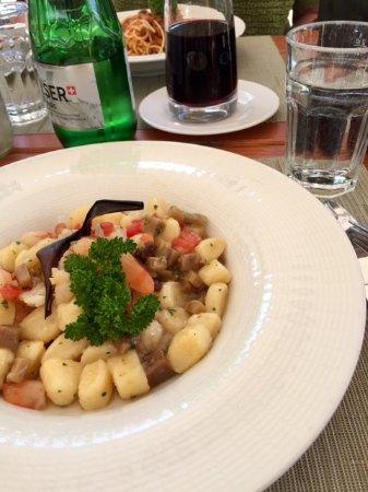 Samedan, Svizzera: Kartoffelgnocchi mit Auberginen, Tomaten & Krevetten