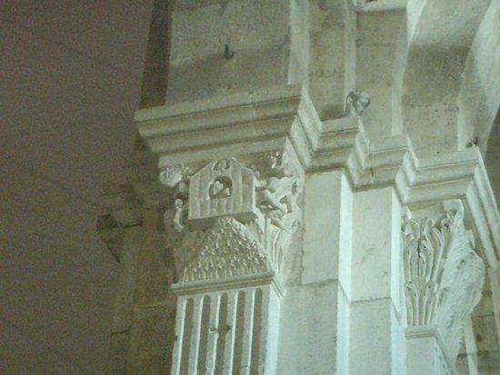 Cathédrale St-Lazare: L'Arche de Noë sur le Mont Ararat, chapiteau de la nef.