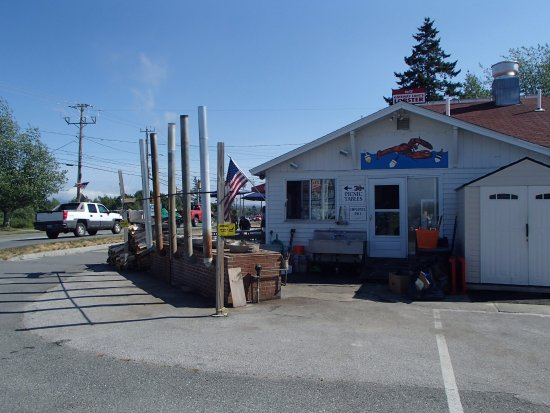 Gateway Lunts Lobster Pound: Yumm lobster in the pot for me!