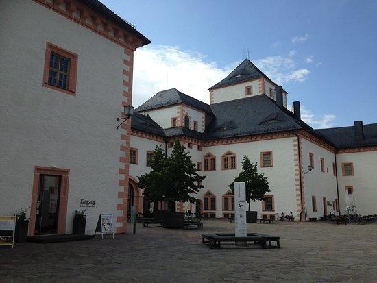 Augustusburg, Alemania: Der Innenhof mit Museums-Eingang und natürlich Souvenir-Shop