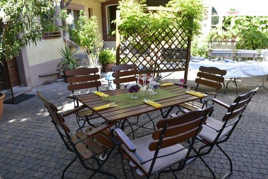 Bockenheim, Germany: Der Innenhof ist gemütlich, sauber, kühl und schattig an sonnigen Tage.n