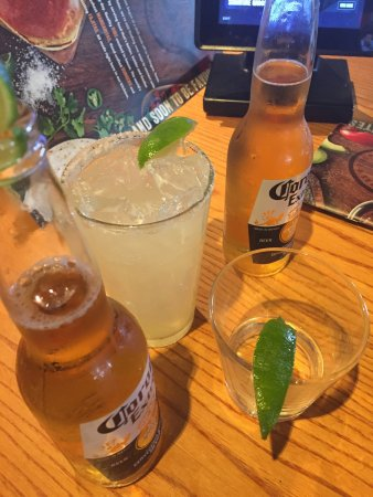 San Bruno, Californië: Perfect Happy Hour... Corona and Margaritas.