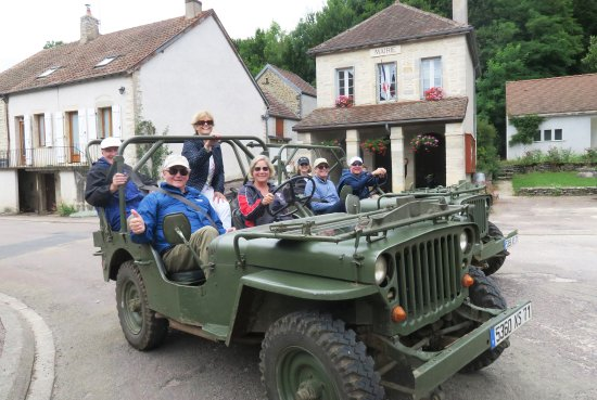 Saint-Jean-de-Losne, ฝรั่งเศส: Driving these World War II jeeps through villages and vineyards was tons of fun.