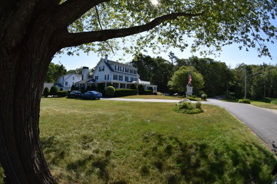 Harpswell Inn: View of Inn from corner of Inn property