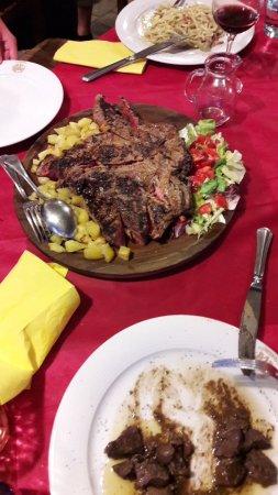 Murlo, Italy: Van boven naar beneden. Pittige spaghettti heel pittig. Steak voor meer personenen onder wild zw