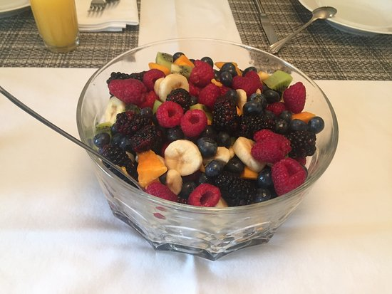 Ogopogo B & B: Fresh fruit salad