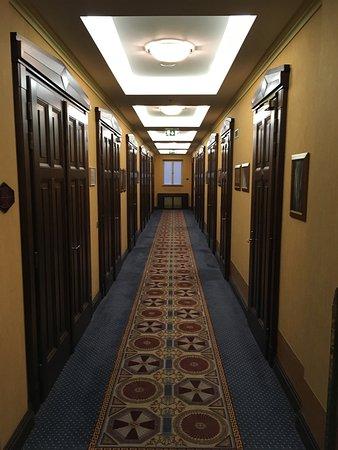 Art Deco Hotel Imperial: Chodba s pokojíky.