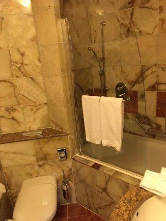 Art Deco Hotel Imperial: Koupelna s nesmyslnou vanou s vysokým vstupem.