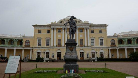 Palais et parc de Pavlovsk : Statua di Paolo I nel cortile d'onore