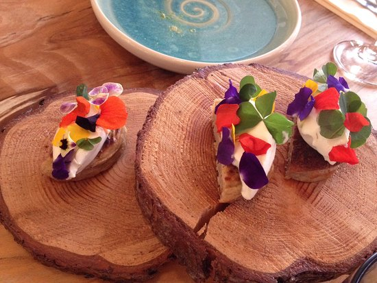 Newport-on-Tay, UK: Beremeal, skyre and flowers from taster menu
