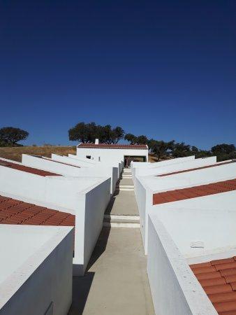 Alentejo, Portugal: Quartos com área comum ao fundo.