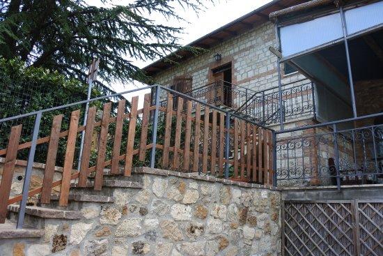 Agriturismo La Pietriccia: escalier qui descend des chambres pour accéder à la piscine