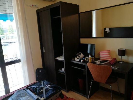 Kast bureau op de kamer picture of hotel guidi mestre tripadvisor
