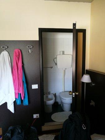 Bed en deur die toegang geeft tot de badkamer - Picture of Hotel ...