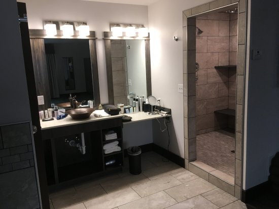 Butte, MT: Beautiful huge bathroom area. Walk-in shower room with benches. Separate toilet room.