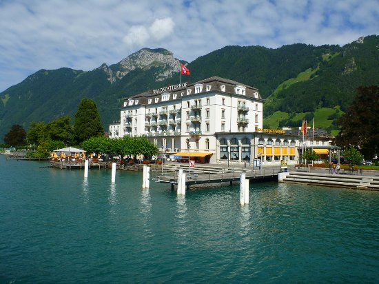 Brunnen, Sveits: Hotel seen from the Lake