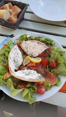 Lion-sur-mer, France: Terrasse, tapas, salade océane et coupe glacée