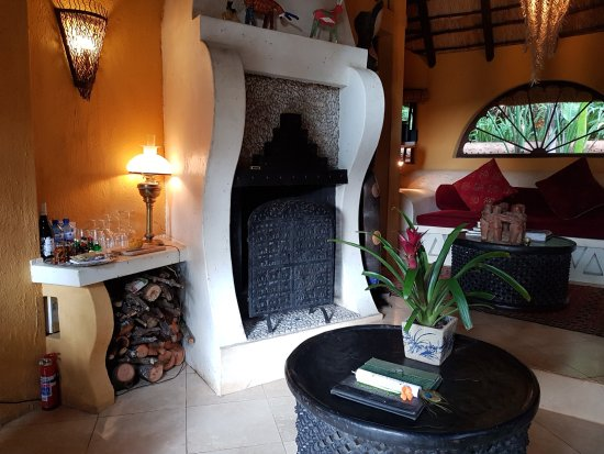 Sabie, Afrika Selatan: Amber Moon lounge with fireplace