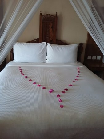 ....the bed decor made up different-lii ever day..