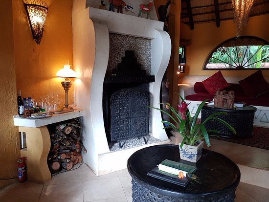Sabie, South Africa: Amber Moon lounge with fireplace
