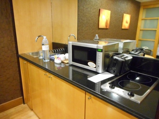 Savoy Suites Hotel Apartments: kitchenette