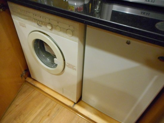 Savoy Suites Hotel Apartments: fridge washing machine