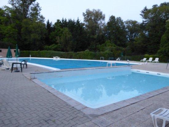 Chancelade, França: Large pool and paddling pool