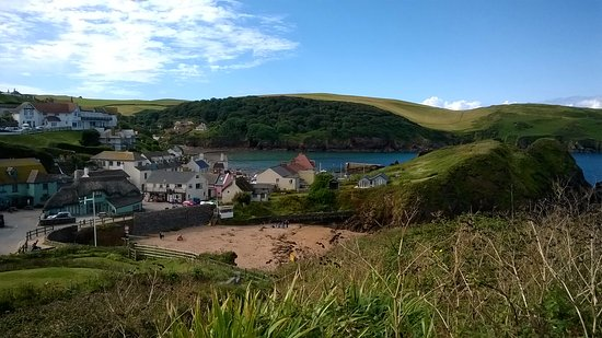 Hope Cove, UK: Looking down towards the hope and anchor from one of the coastal walks