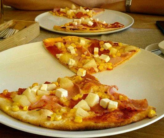 Balatonfoldvar, Hungary: Kívánság pizza (paradicsomos alap, sajt, szalámi, feta, ananász, sonka, kukorica)