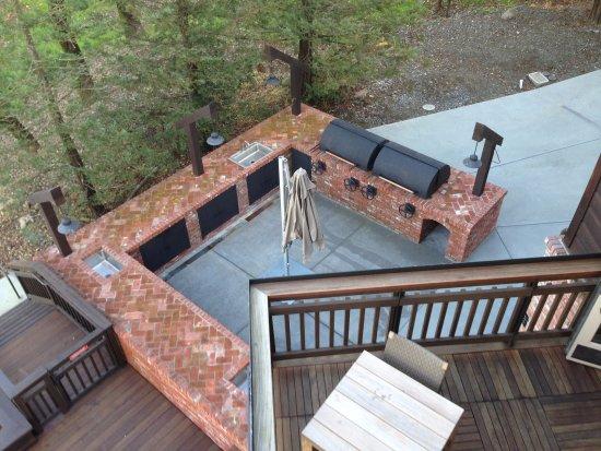 Windsor, Kalifornia: A look at the barbecue patio at La Crema Estate at Saralee's Vineyard.