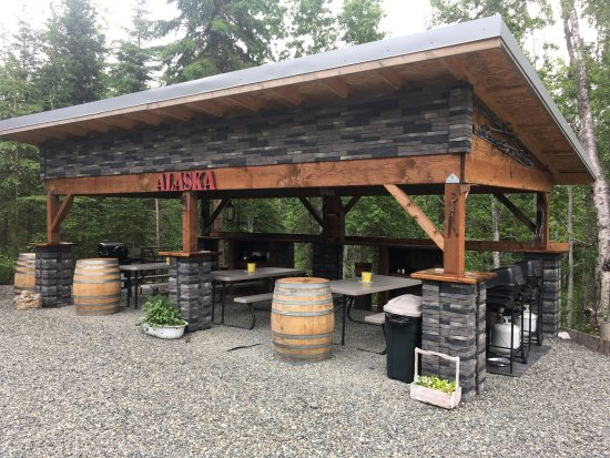 Soldotna, Аляска: The PAVILION, perfect for cooking, picnics and games! Out of the weather and ELECTRIFIED!