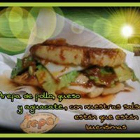 Mas Arepas: arepa de pollo, queso y aguacate